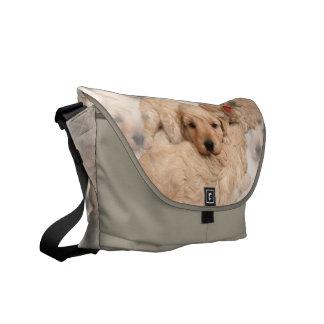 子犬のコラージュのメッセンジャーバッグ メッセンジャーバッグ