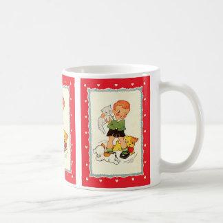 子犬の競争の子ネコを握っているヴィンテージの男の子 コーヒーマグカップ