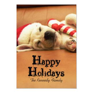 子犬はクリスマスのおもちゃが付いているソファーで眠ります カード