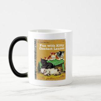 子猫のコンタクトレンズとのおもしろい マジックマグカップ