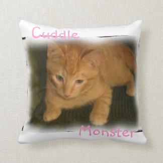 子猫の「抱擁モンスター」の枕 クッション