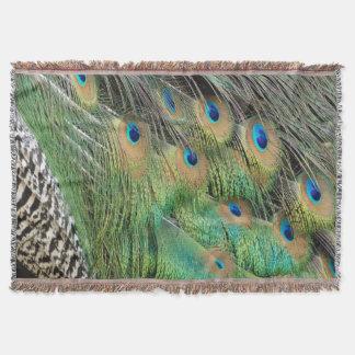 孔雀はタンの緑および青色に羽をつけます スローブランケット