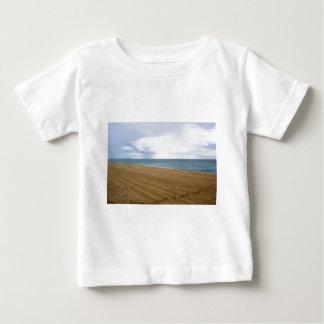 孤独なビーチの足跡 ベビーTシャツ