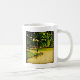孤独な公園のベンチ コーヒーマグカップ