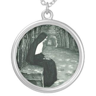 孤独な尼僧 シルバープレートネックレス
