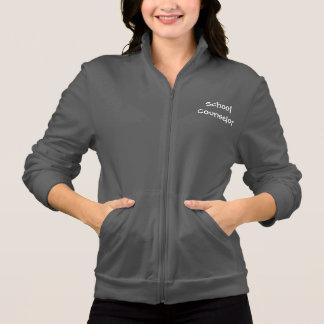 学校のカウンセラーのフリースはジャケットのファスナーを締めます