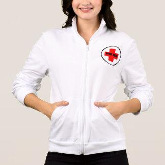 学校のナースはフード付きスウェットシャツのジャケットのファスナーを締めます