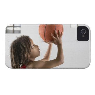 学校のバスケットボールの打撃を向けている男の子 Case-Mate iPhone 4 ケース