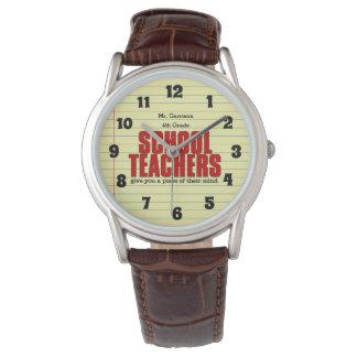 学校の先生は彼らの心の部分を与えます 腕時計