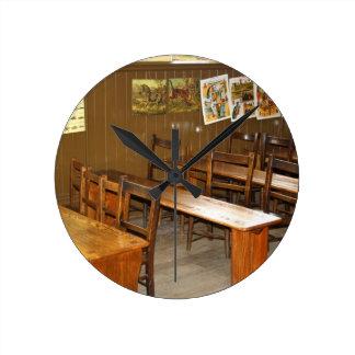 学校の机および椅子の柱時計 ラウンド壁時計