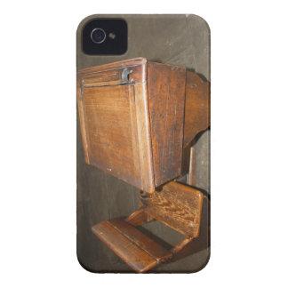 学校の机のiPhone 4/4Sの穹窖ID Case-Mate iPhone 4 ケース