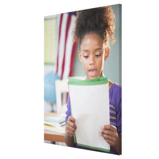 学校の混血の女の子の読書レポート キャンバスプリント