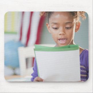 学校の混血の女の子の読書レポート マウスパッド