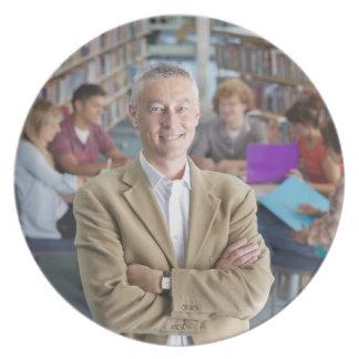 学校図書館にとの立っている微笑の先生 プレート