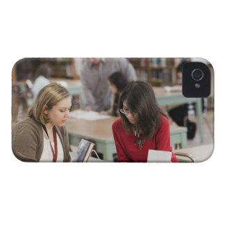 学校図書館の司書に話している学生 Case-Mate iPhone 4 ケース