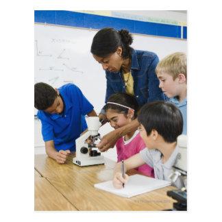 学生に使用顕微鏡を救済している先生 ポストカード