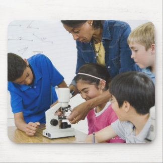学生に使用顕微鏡を救済している先生 マウスパッド