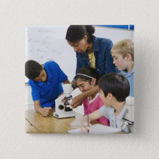 学生に使用顕微鏡を救済している先生 5.1CM 正方形バッジ