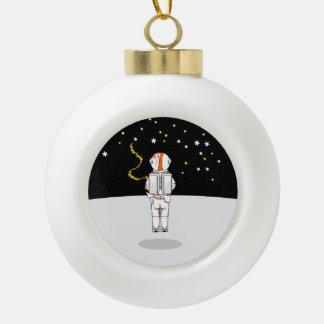宇宙の宇宙飛行士によってつかまえられる短いWeeing セラミックボールオーナメント