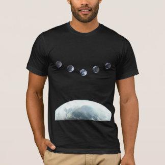 宇宙のMoonphase 5の地球 Tシャツ