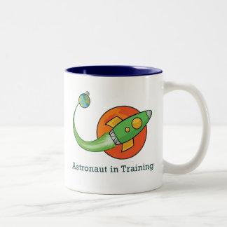宇宙飛行船のロケットの宇宙飛行士 ツートーンマグカップ