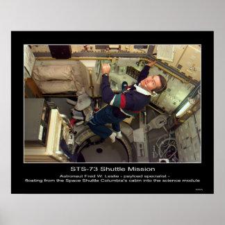 宇宙Shuの内で浮かんでいるフレッドW.レスリー宇宙飛行士 ポスター