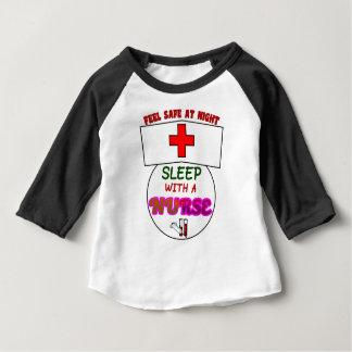 安全な夜睡眠のナース、ナースのワイシャツのためのギフトを感じて下さい ベビーTシャツ
