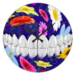 完全で白い歯のスマイルの歯科医の柱時計 ラージ壁時計