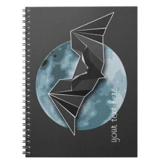 完全で青か黄色いまたはブラウンの月が付いているOrigamiの紙のこうもり ノートブック