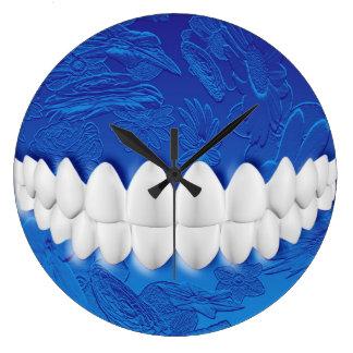 完全な白人の歯のかみ傷の歯科医の青い柱時計 壁時計