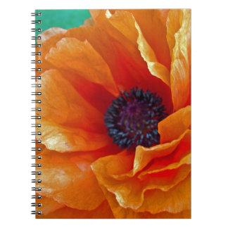 完全な開花の揺らめく赤いケシ ノートブック