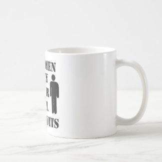 実質の人は完全なボディスーツのスキューバユーモアだけを身に着けています コーヒーマグカップ