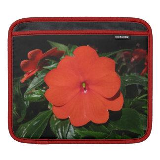 実際に赤いImpatiensの横のiPadの袖 iPadスリーブ