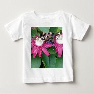 実際のところ2赤い情熱の花のクローズアップのアウトドア ベビーTシャツ