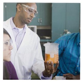 実験を見ているアフリカの先生および学生 タイル