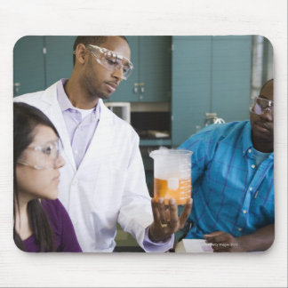 実験を見ているアフリカの先生および学生 マウスパッド