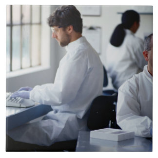 実験室で働いている化学者 タイル