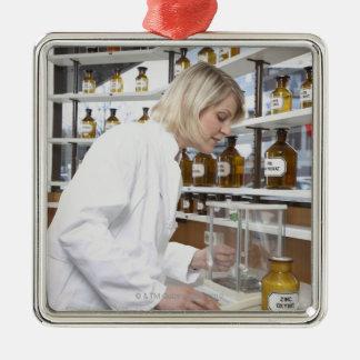 実験室で働き、に微笑しているブロンドの薬剤師 メタルオーナメント