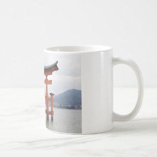 宮島、日本の湾の歴史的ゲート コーヒーマグカップ