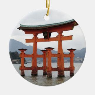 宮島、日本の湾の歴史的ゲート セラミックオーナメント