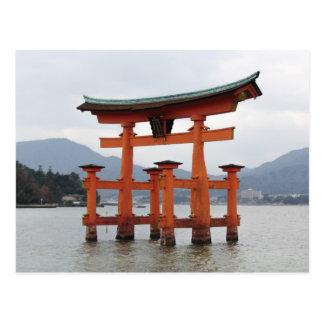 宮島、日本の湾の歴史的ゲート ポストカード