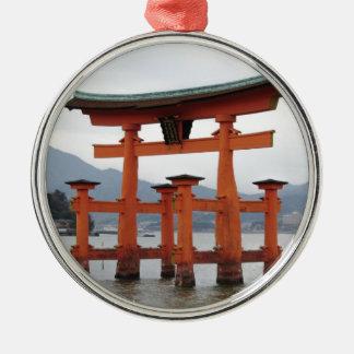 宮島、日本の湾の歴史的ゲート メタルオーナメント
