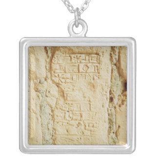 宮殿の壁の楔形の原稿 シルバープレートネックレス