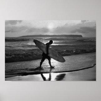 家に先頭に立っているハワイのサーファー白黒 ポスター