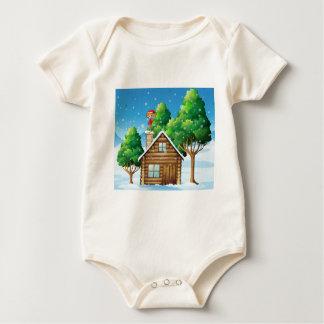 家の上に立つギフトを持つ小妖精や小人 ベビーボディスーツ