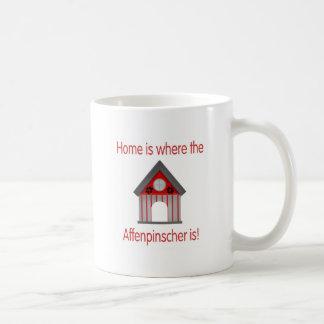 家はアーフェンピンシャーがあるところです(赤) コーヒーマグカップ