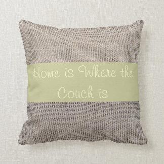家はソファがバーラップ一見の枕であるところです クッション