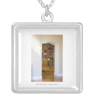 家庭巡回文庫への戸口 シルバープレートネックレス
