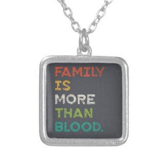 家族は愛より多くです シルバープレートネックレス