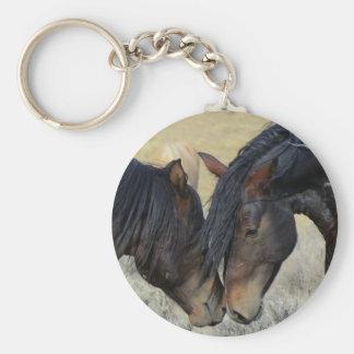 寄り添っているブラウンの2頭の野生の馬 キーホルダー
